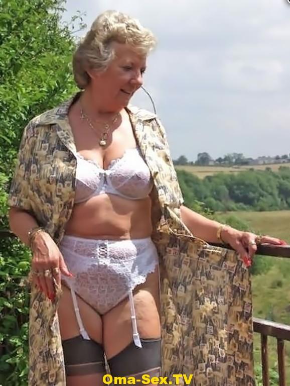 Oma in Strapse